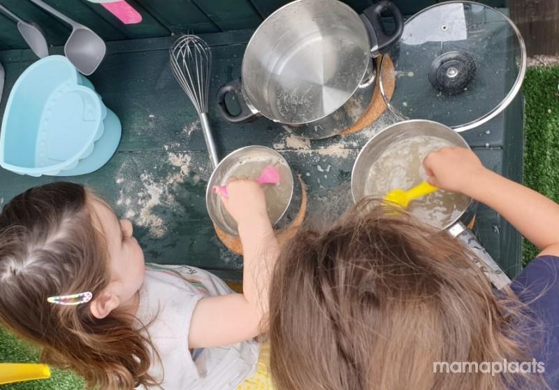 Afbeelding blog 'Wat is er leuker dan soepjes maken van zand en blaadjes?'